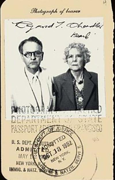 Pasaporte de Raymond Chandler y su esposa Cissy Pascal
