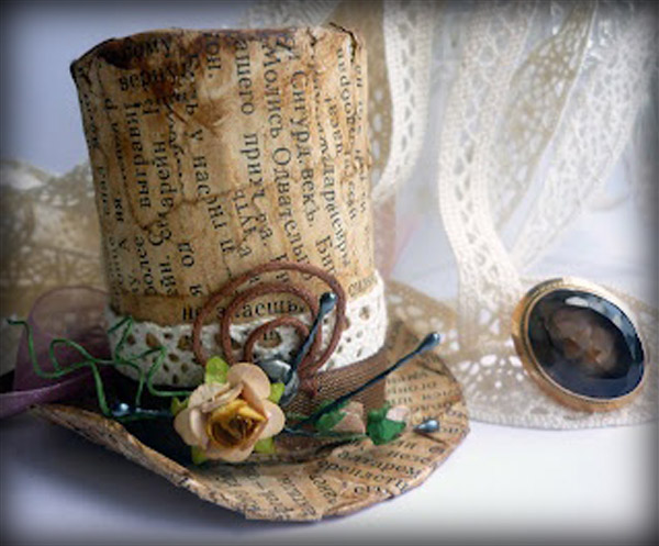Sombrero de copa hecho con libros