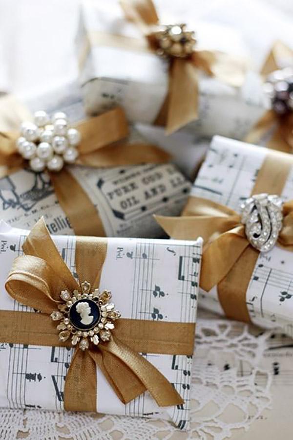 Libros de regalo empaquetados con broches