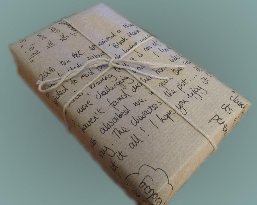 Envuelve tus libros para regalar en papel kraft con una dedicatoria