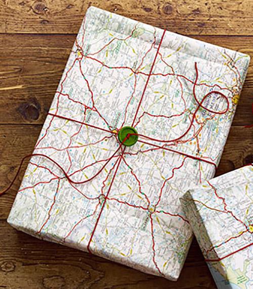 Libros de regalo empaquetados con mapas