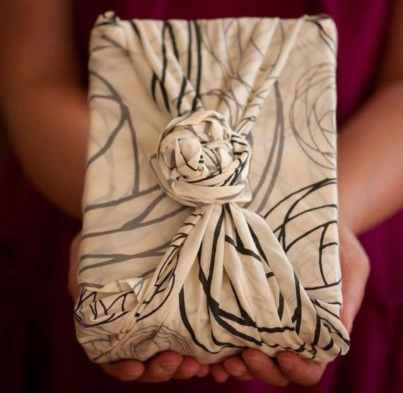 Libro de regalo envuelto en un pañuelo