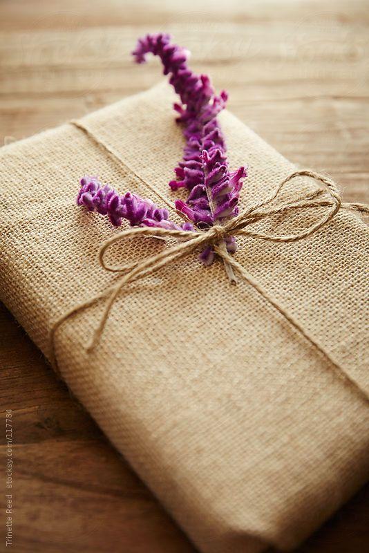 Sencilla y romántica forma de envolver un libro de regalo