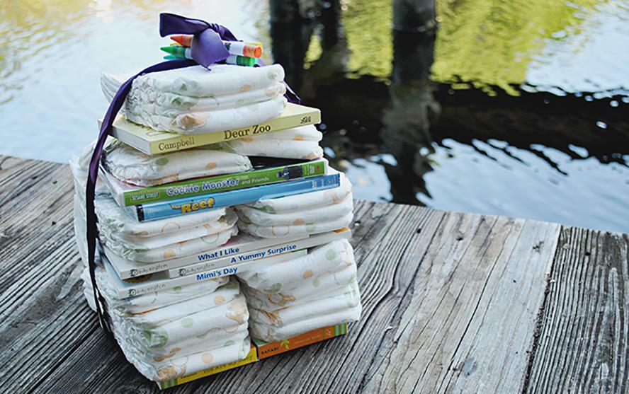 Libros para una embarazada envueltos con pañales