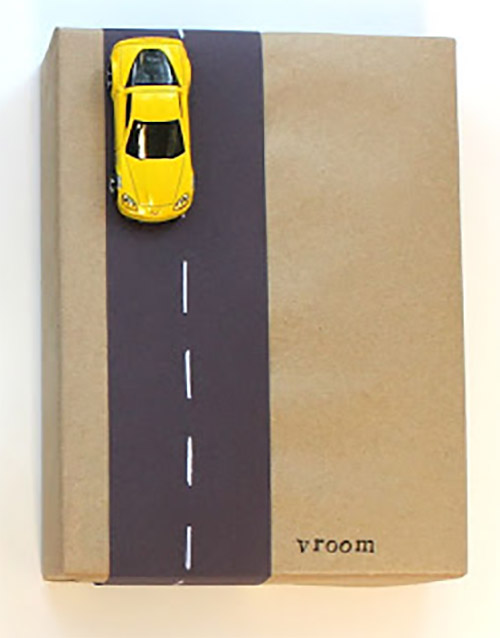 Libro de regalo para un niño empaquetado con un coche de juguete