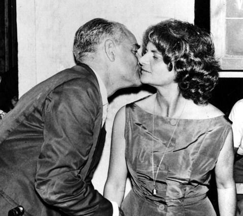 Alberto Moravia besa a Elsa Morante