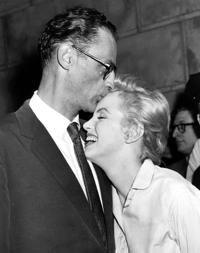 Arthur Miller besando a Marilyn Monroe