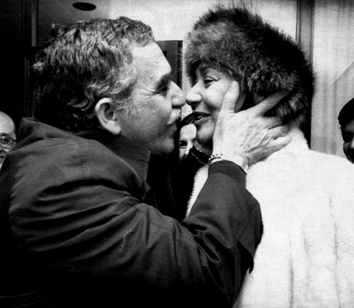 Gabriel García Márquez besando a su esposa Mercedes Barcha