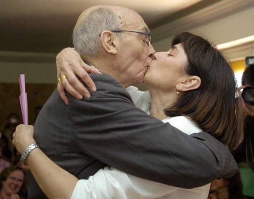 José Saramago besando a Pilar del Río