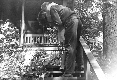 Kurt Vonnegut besando a su mujer, Jane Cox