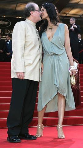 Salman Rushdie besando a su esposa