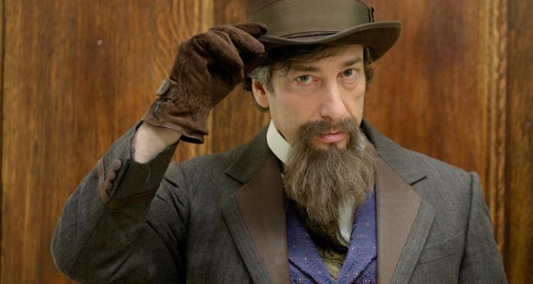 Neil Gaiman disfrazado de Charles Dickens