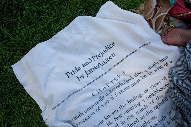 Complemento ideal para los amantes de los libros en verano: toalla de Orgullo y prejuicio