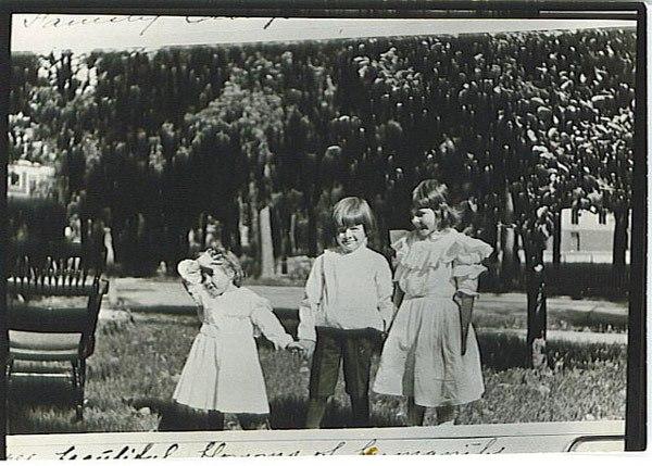 Hemingway con seis años, junto a sus hermanas Ursula y Marcelline en su primer día de colegio en primaria, en 1905.