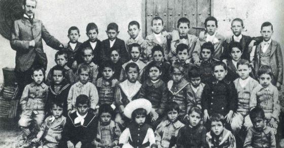 Federico García Lorca, en el centro, con un gran sombrero blanco, junto a los niños de la escuela de Fuentevaqueros.