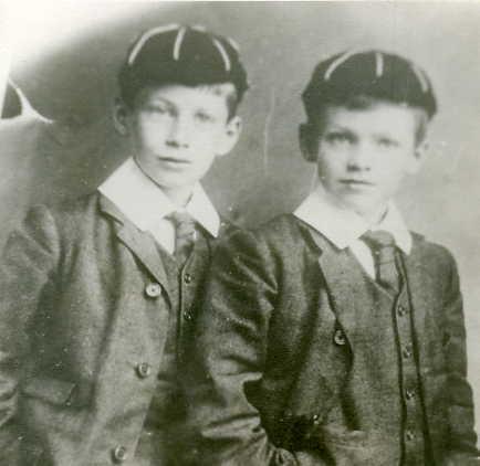 George Orwell posa con su uniforme de colegio junto a su hermano, durante sus estudios en una pequeña escuela parroquial anglicana en Henley.
