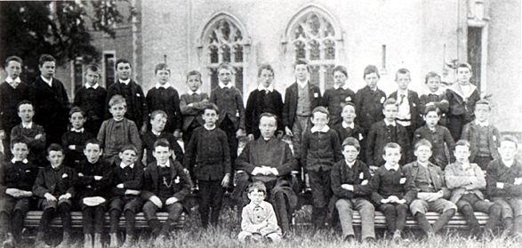 James Joyce, sentado delante, en el colegio jesuita Conglowes Wood College de Dublín