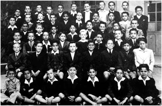 Vargas Llosa en una foto de grupo en la tercera fila (el tercero por la derecha), en el Colegio La Salle de Cochabamba, Bolivia, donde estudió hasta el cuarto grado.