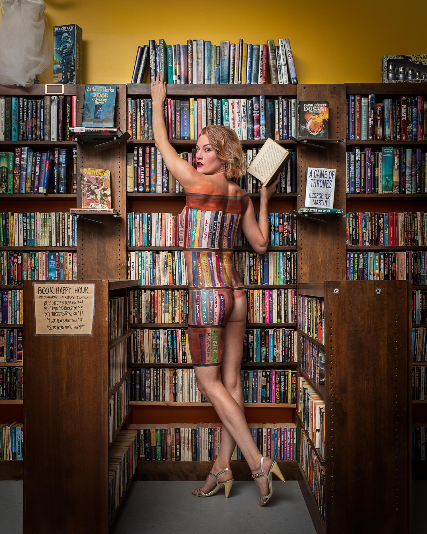 La propietaria de una librería de ciencia ficción en Brooklyn, camuflada entre los libros