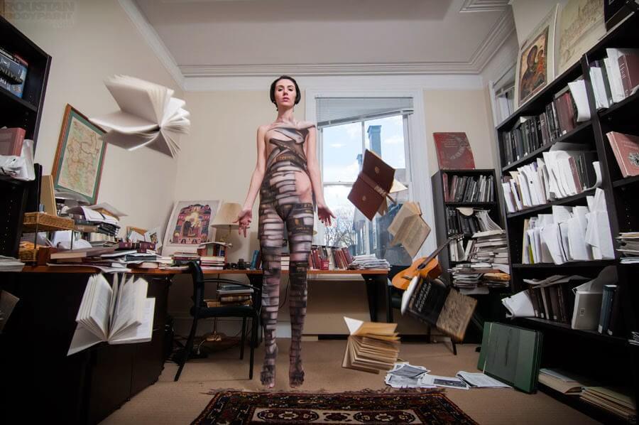 Mujer con pintura corporal de libros